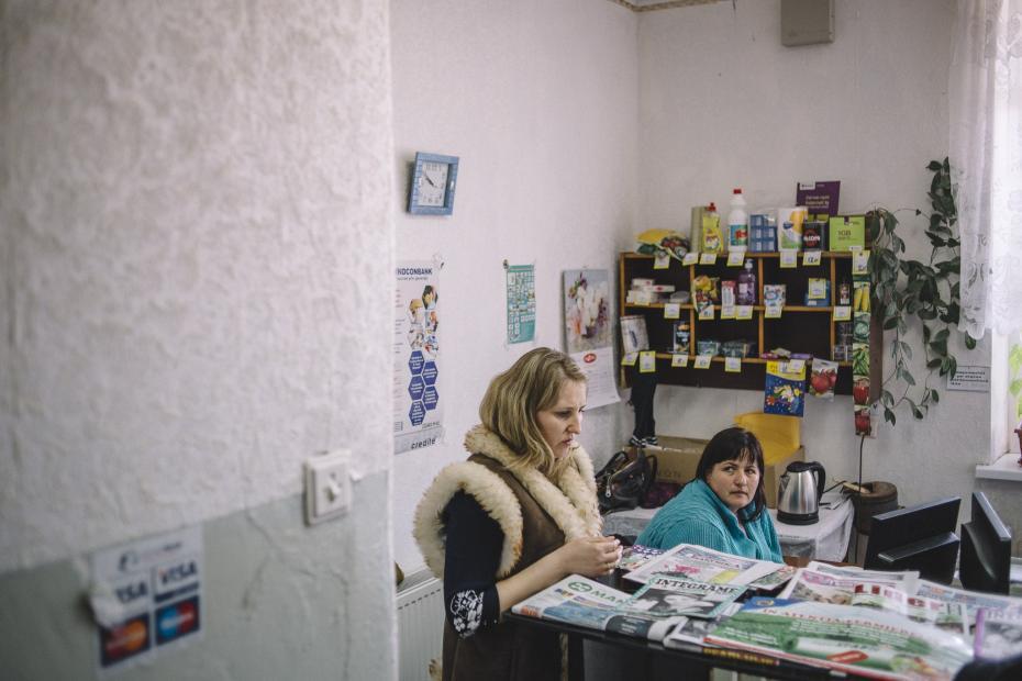 Șefa oficiului poștal Veronica Croitoru și Larisa Popov, asistent social // Foto: Ramin Mazur pt special.timpul.md