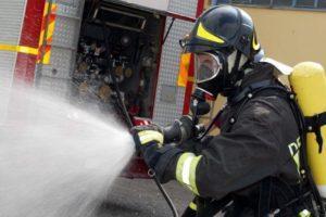 Incendiu într-un hotel din capitală. Două persoane, transportate la spital